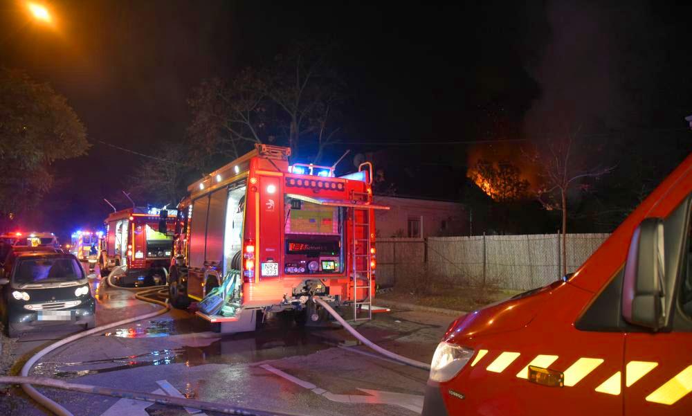 Égő házból mentettek ki a hős rendőrök két férfit: az egyik magatehetlenül feküdt a földön