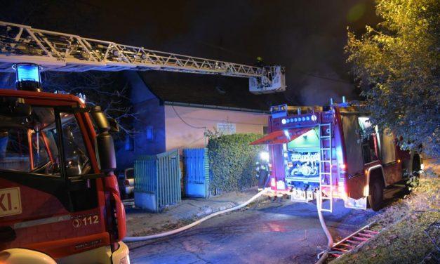 Égő házból mentettek ki egy nőt a rendőrök, az életüket kockáztatták a tűzben