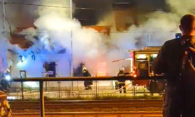 Kigyulladt a Rézpatkó étterem Budapesten, rengeteg tűzoltó érkezett a helyszínre