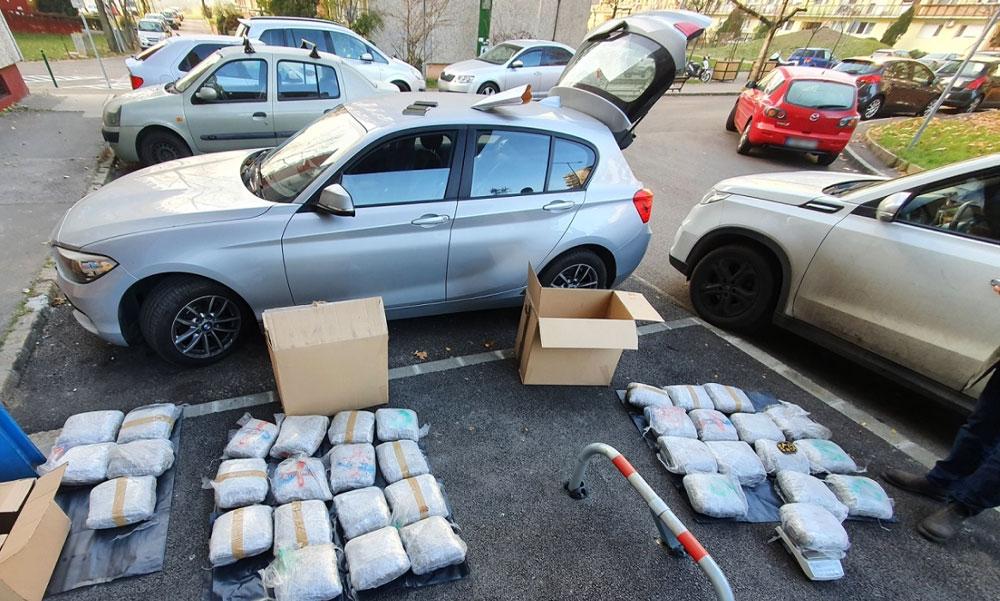 """""""Rendőrség, azonnal kiszállni!"""" – egy pesti lakótelep parkolójában csaptak le a drogdílerekre, a járdára pakolták ki a kábítószert a zsaruk"""