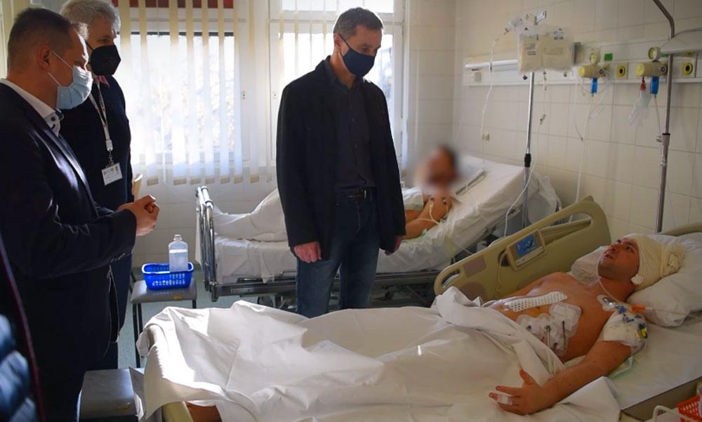 """""""Gyógyulj meg Peti!"""" – szívszorító videóban üzentek kollégái a megkéselt rendőrnek, az őrmestert főnökei ma meglátogatták a kórházban"""