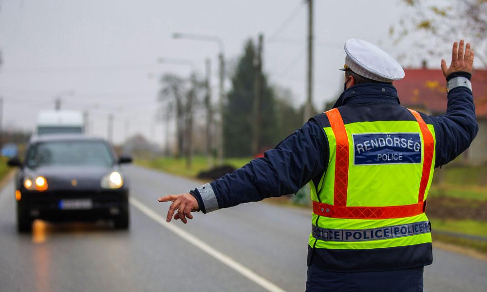 Óriási változás a rendőri igazoltatásnál, nemsokára senki sem kéri el a jogosítványod és a forgalmit