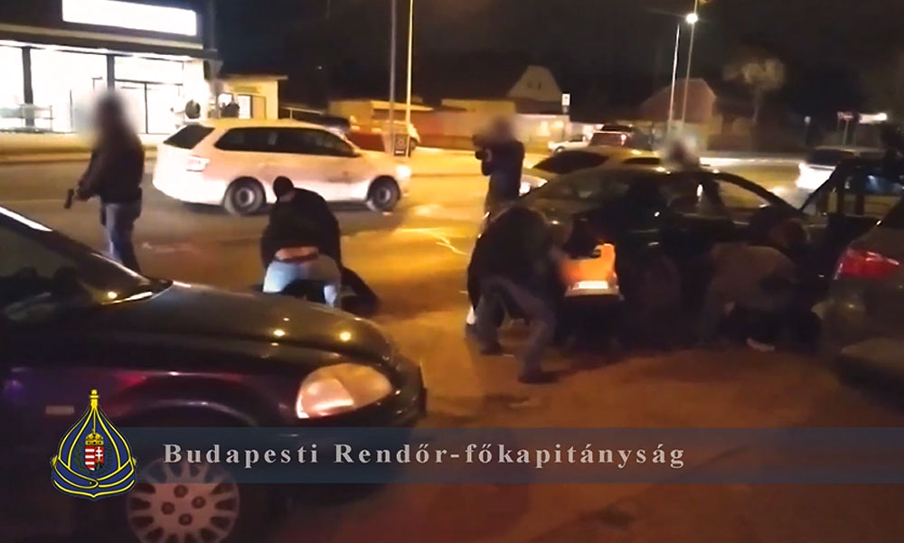 Sírrablókra csaptak le Budapesten a rendőrök, a földre teperték őket az elfogáskor