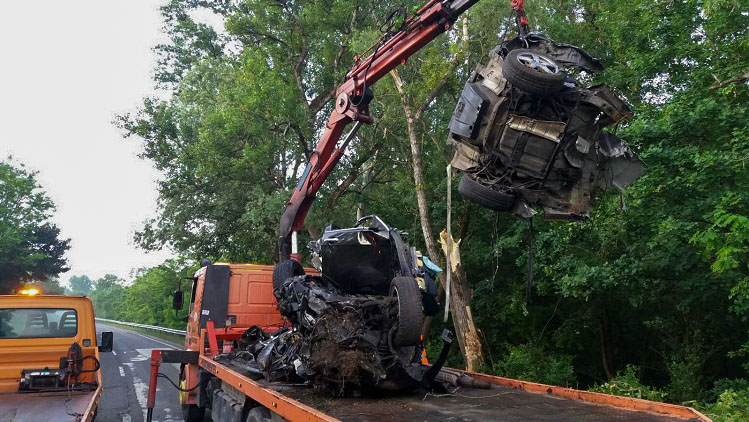 Orra állt autó és dzsungel a budai főúton – 2020 legfurcsább balesetei Magyarországon