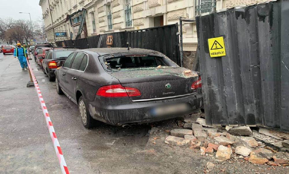 Vigyázat: faldarabok potyogtak a Radetzky-laktanya mellett parkoló autókra