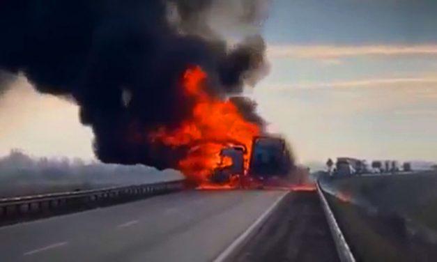 Halálos baleset történt a 445-ös számú úton Kecskemétnél: egy kamion és egy személyautó ütközött össze – a balesetről videó is készült