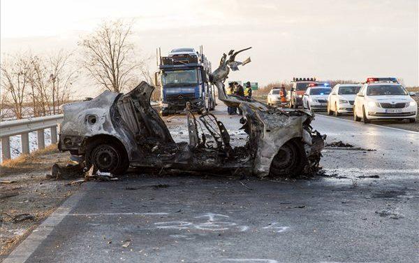"""""""Anélkül is elég nehéz ez lelkileg"""" – egy négytagú család halt meg Győr mellett egy balesetben, kamionnal ütköztek, majd kigyulladt az autójuk"""