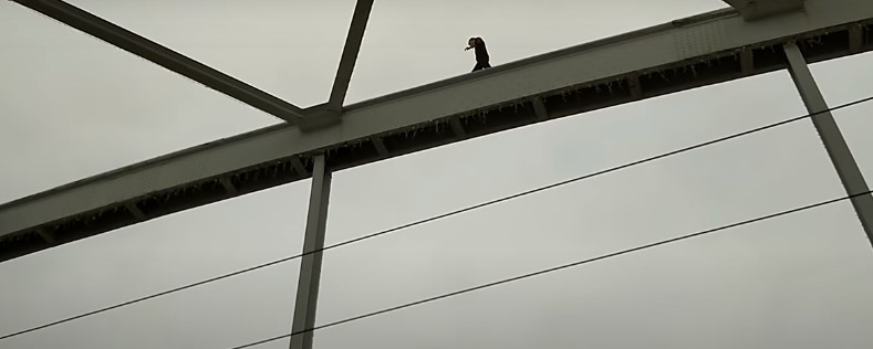 Büntetést kaphat az a fiatal fiú, aki felmászott a Belvárosi híd tetejére Szegeden – videó