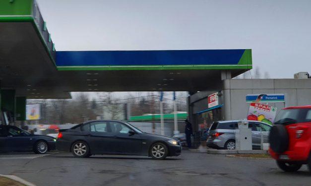 Négy év kértek börtönt arra a férfira, aki úgy leütött egy vevőt a benzinkúton, hogy az meghalt