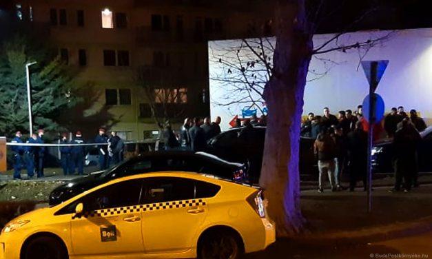 """""""Vérbosszú, halálbüntetés"""" – ezt üvöltözték annak a 19 éves fiúnak a rokonai, akit halálra késelt egy férfi Budapesten"""