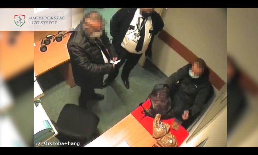 Nem hagyták lopni: kipakoltatták a Tesco biztonsági őrei a viszkitolvajt – videó