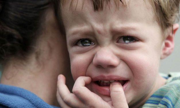 Meztelenül kóborolt az utcán egy 3 éves kisfiú Dunakeszin, rendőrök vitték haza és nagyon meglepődtek