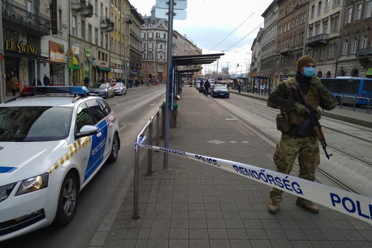 Megszúrtak egy férfit egy budapesti villamosmegállóban – A férfi életéért most is küzdenek