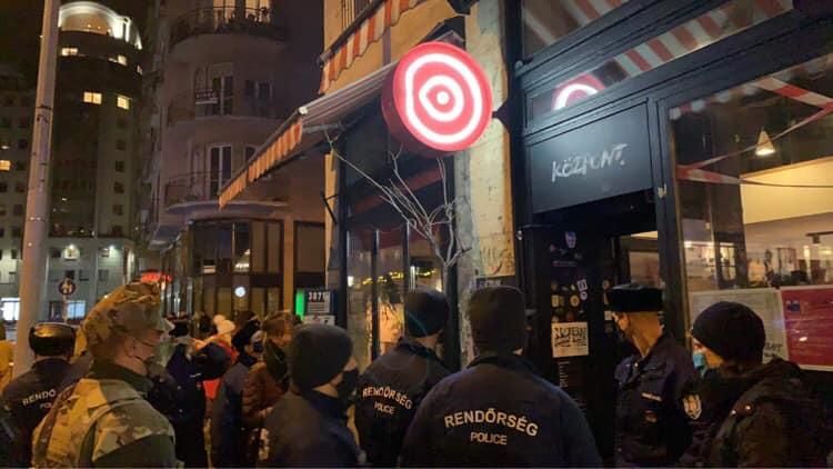 Tiltott bulit oszlattak fel a rendőrök a budapesti Madách téren – Az egyik szórakozóhelyet 60 napra bezáratták