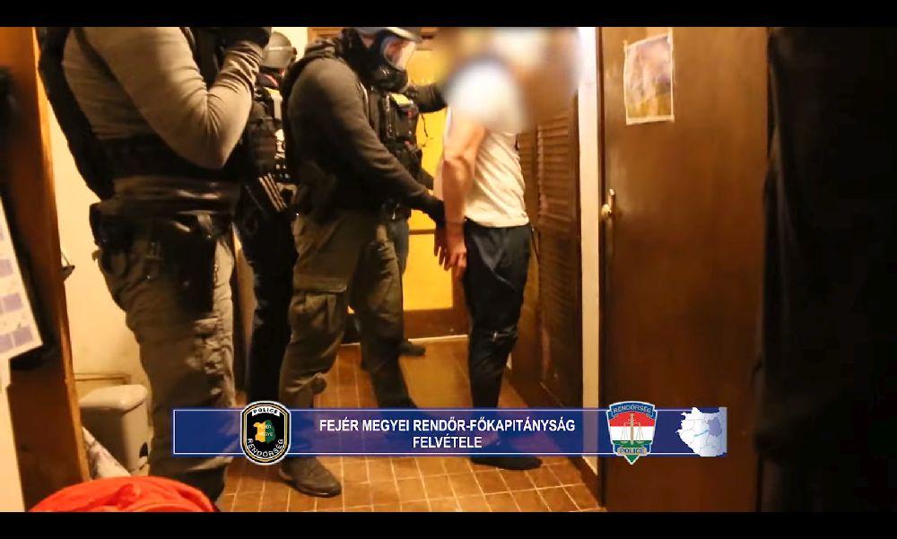 Rendőrkézen a bűnszövetség tagjai: 11 kiló fehér porral és 25 millió forinttal buktak le a dílerek – videó