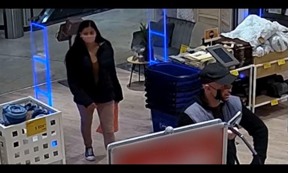 Arcot mintázó maszkban lopott egy férfi a társával Kőbányán – videó
