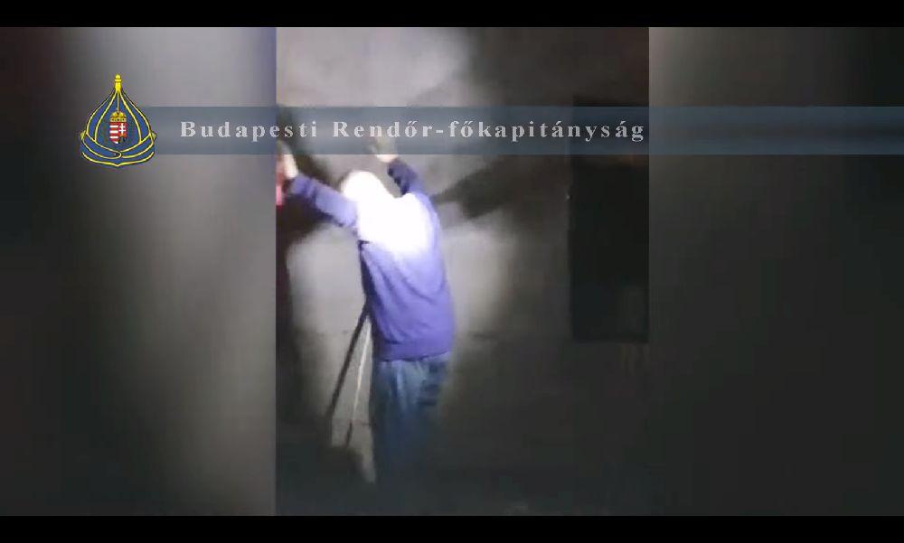 Autóval követték áldozatukat: kiraboltak egy nőt Budapest 7. kerületében, az egyik támadót még mindig keresi a rendőrség – videó