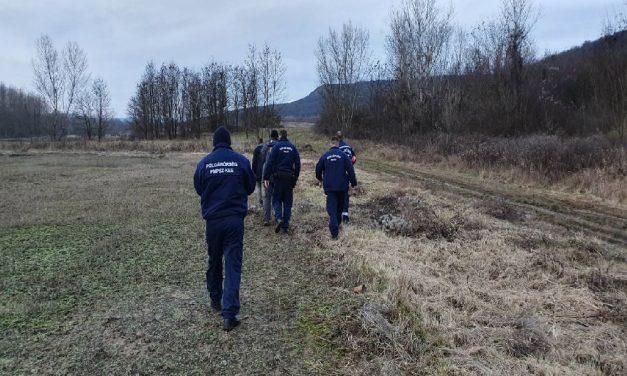 Sérült túrázót mentettek a rendőrök: saját hátukon cipelték le a férfit – videó