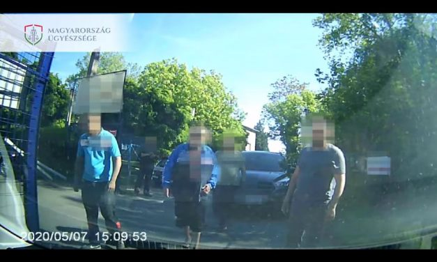 Elfajult a közlekedési vita: járóbottal és fiai segítségével rontott neki egy szabálytalanul parkoló sofőr egy másik autósnak – videó
