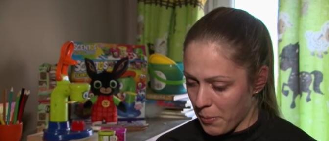 El sem búcsúzhatott a kisfiától az az anya, akitől szerdán vették el a gyermekét – Ezért ítélte a bíróság a görög apának a kicsit – videó