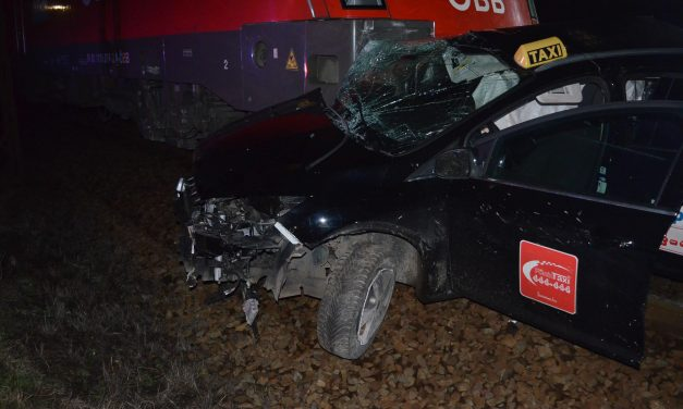 Több száz méteren át tolt a vonat maga előtt egy taxit, a sofőr belehalt sérüléseibe