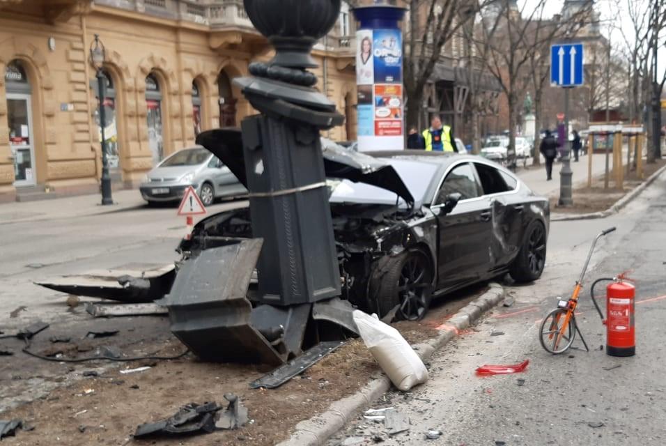 Durva karambol Budapest belvárosában: szabálytalanul közlekedő Volvoba csapódott egy Audi, mindkét sofőr megsérült – Fotók a helyszínről