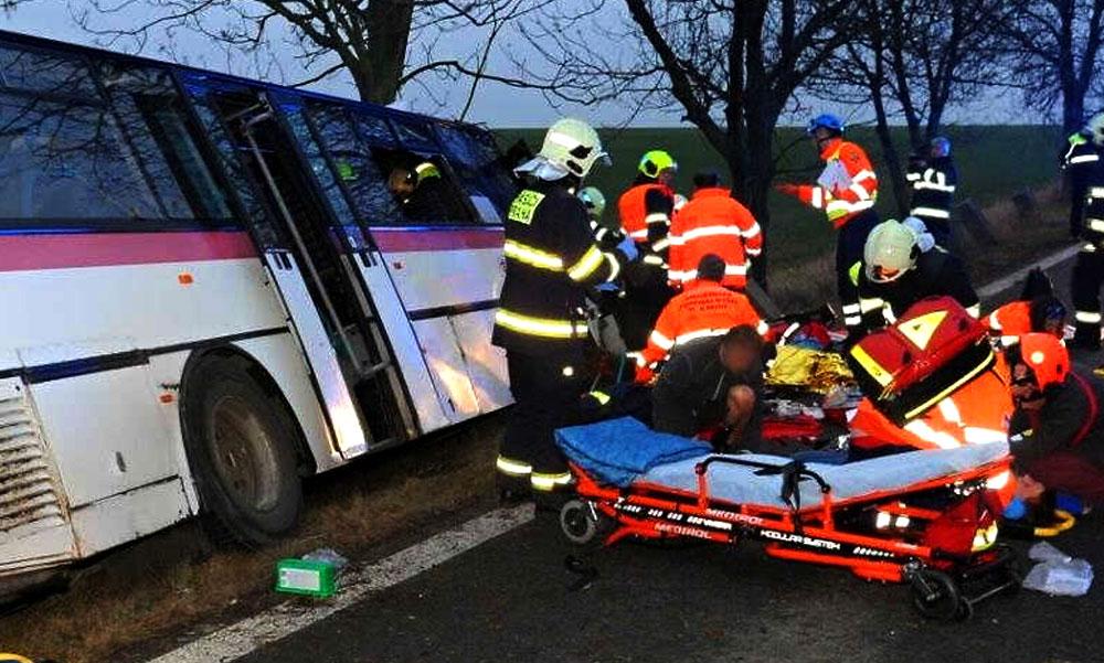 Tragikus buszbaleset, frontálisan ütközött a busz egy autóval, két férfi meghalt, hat utas megsérült