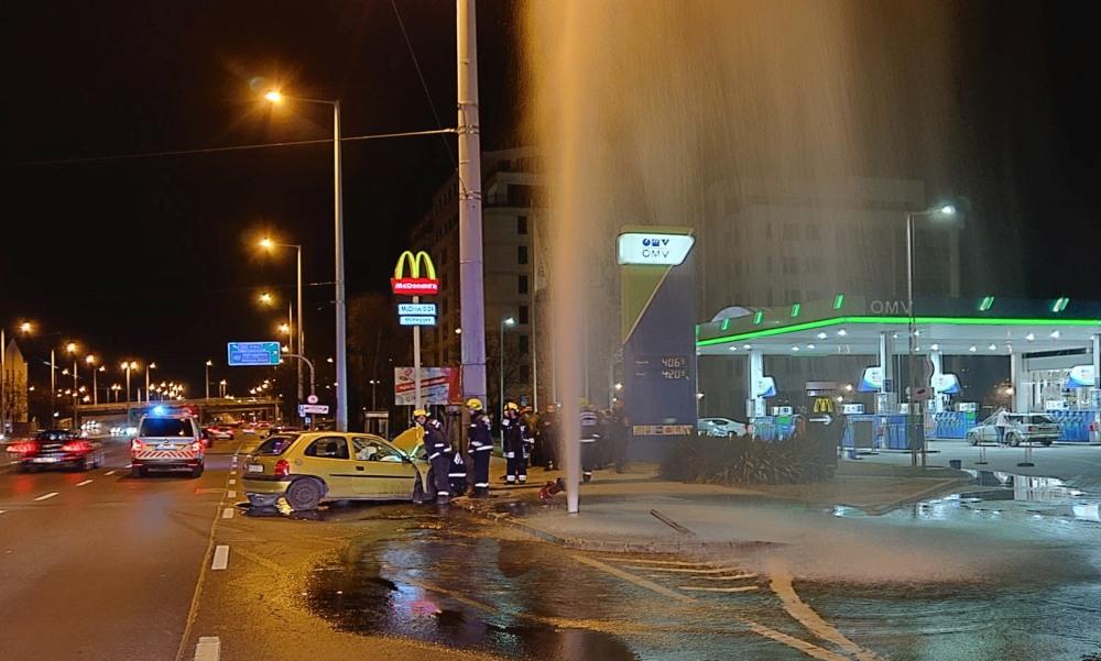 Ledöntötte a kutyás sofőr a tűzcsapot: hatalmas a szökőkút Budapest közepén – fotók
