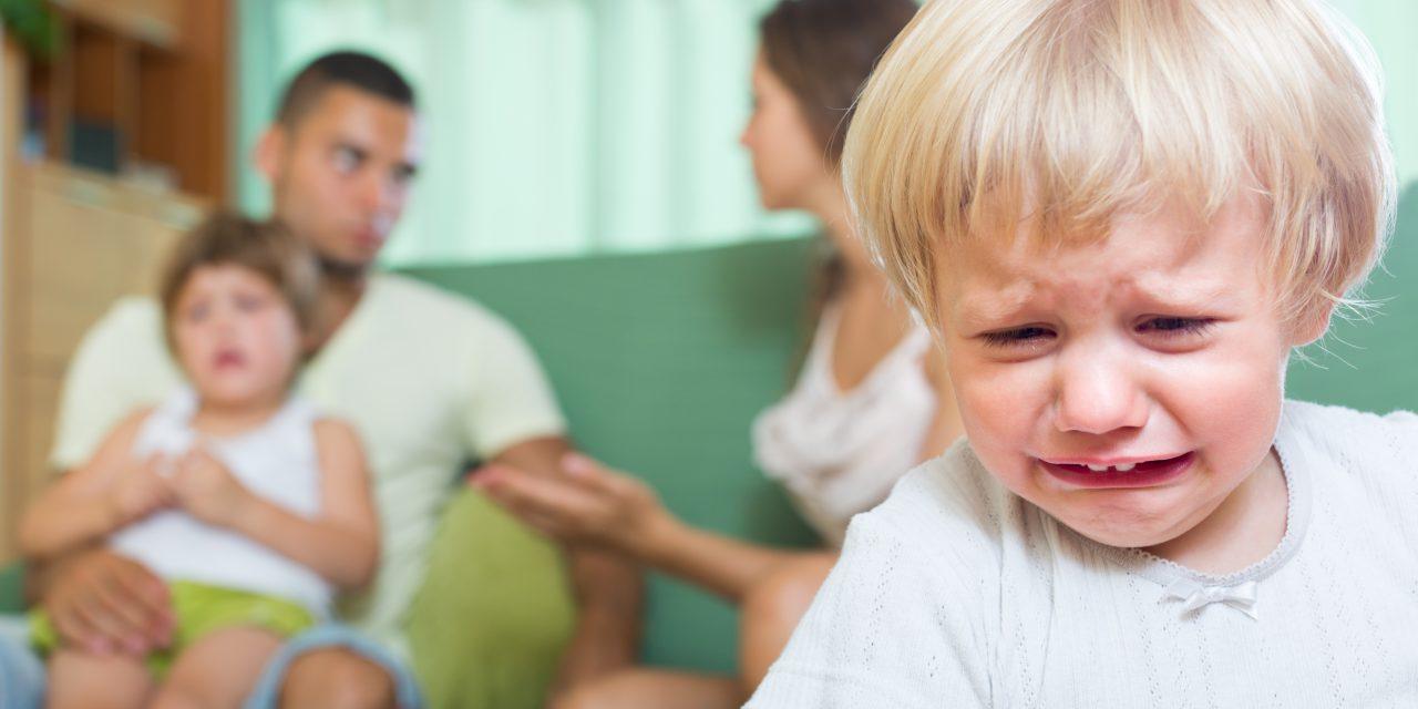 Kukoricán térdepeltették, lelkileg és testileg is fenyítették a rájuk bízott a gyerekeket a horror nevelőszülők, ez várhat most rájuk