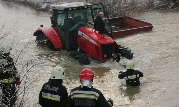 A jeges folyóból mentették ki a traktorjába kapaszkodó idős bácsit Borsodban – fotó