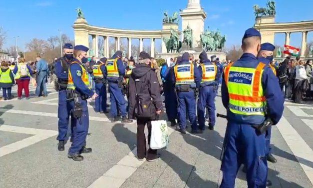Tüntetnek a Hősök terén: a korlátozások ellen szervezett demonstrációt Gődény György, nagy a rendőri készültség
