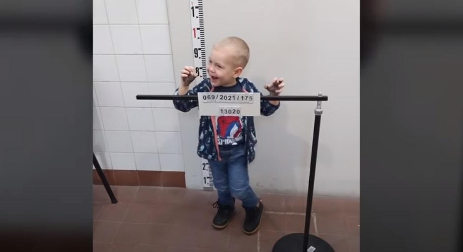 Jófejségből ötös: vendégül látták a ceglédi zsaruk ezt három éves kisfiút, Zalánkát – videó