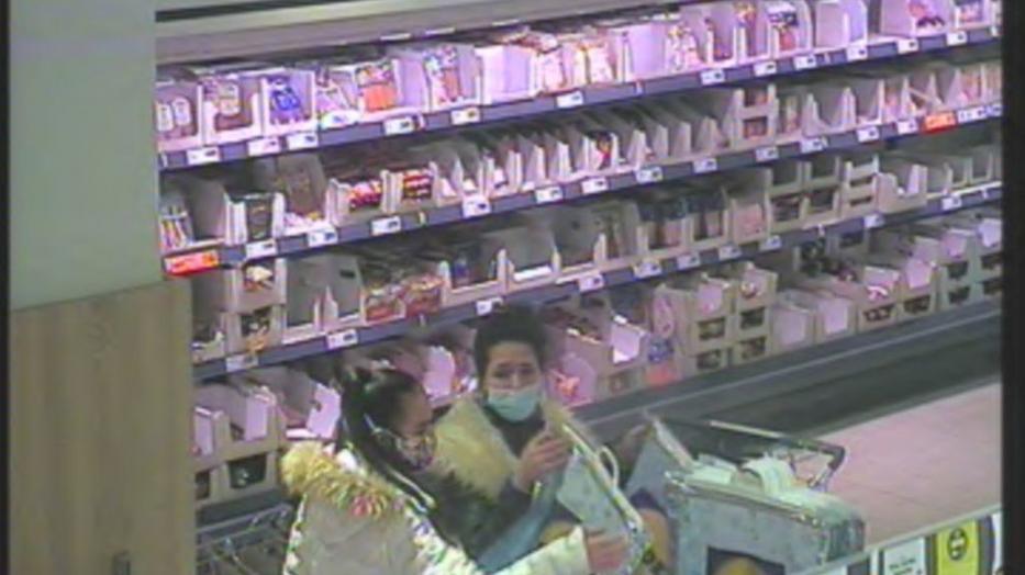 Te láttad valahol ezt a két nőt? Egy bevásárlókocsinyi terméket toltak ki ebből az áruházból