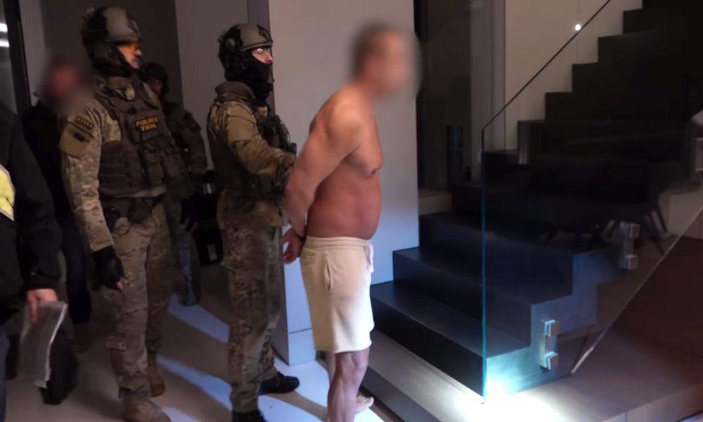Lánykérésnek hitte a TEK kommandósainak akcióját a luxusban élő, milliárdos áfacsalással gyanúsított férfi barátnője – videó