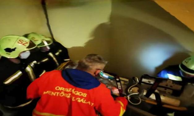 Életmentés: Tizedikről cipeltek le a tűzoltók és a mentők egy súlyos beteg asszonyt Szegeden