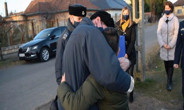 Égő házból mentették ki a 12 éves Balázskát: a rendőrök meglátogatták a hős kisfiút – videó