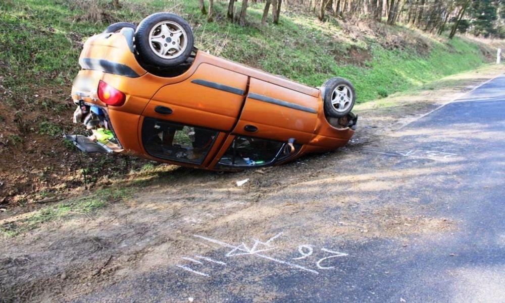 Kicsúszott egy kanyarban: tetejére borulva állt meg az autó – fotók