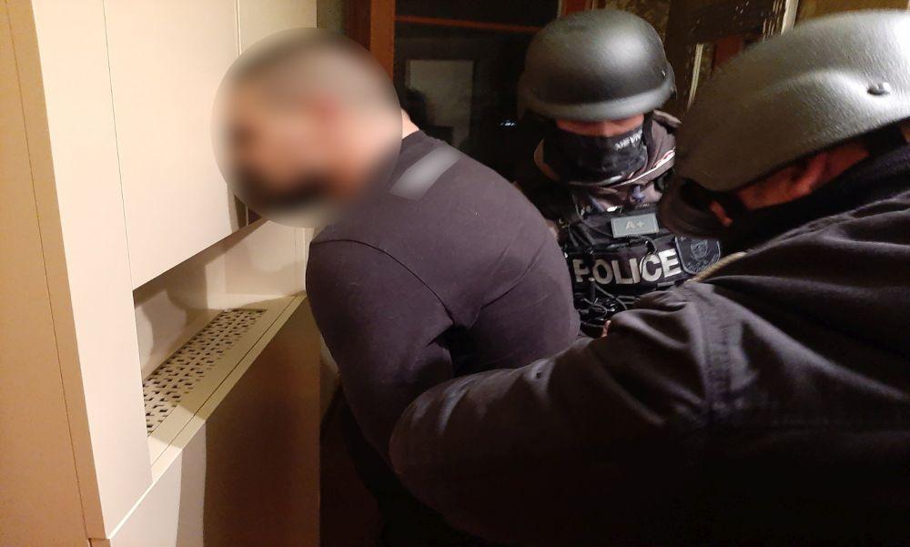 Erkélyről dobta ki a kokaint: a rendőrök elfogták a dílereket – videó