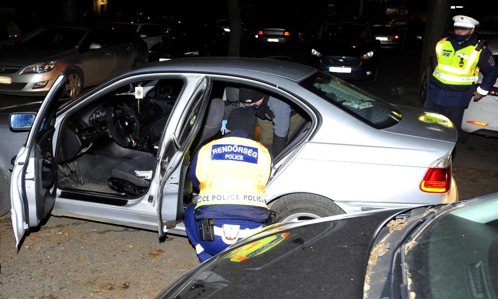 Több budapesti kerületen át üldöztek egy autóst a rendőrök, a járdára is felhajtott a menekülő drogdíler