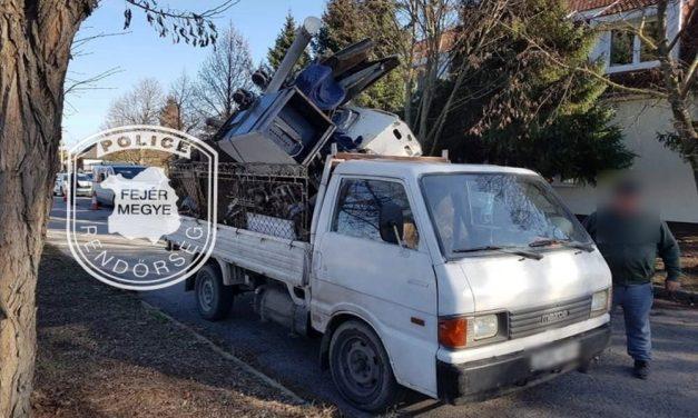 Azt a mindenit: durván telepakolta a teherautóját egy férfi, a rendőrök nem engedték tovább – fotók