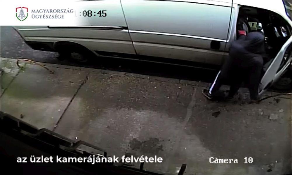 Fényes nappal rámolta ki a lezáratlan autót egy tolvaj – videó
