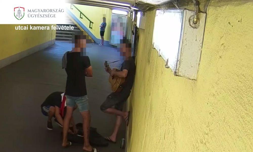 """""""Ez a mi területünk"""" – mondták, majd éles eszközzel rabolták ki az utcazenészt – Videóval"""