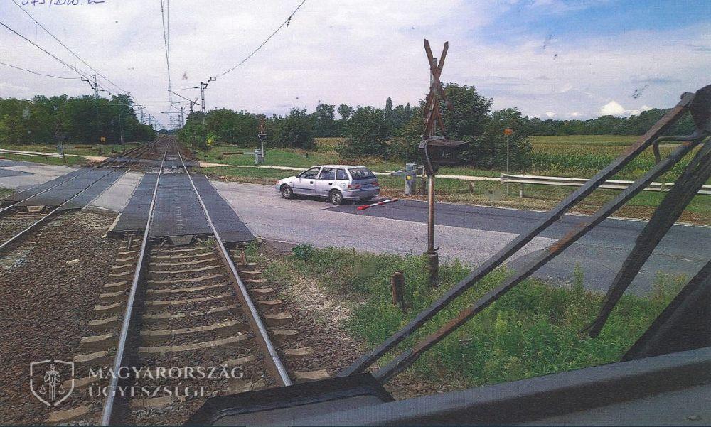 Nem nézett hátra: tolatás közben törte le a vasúti sorompót