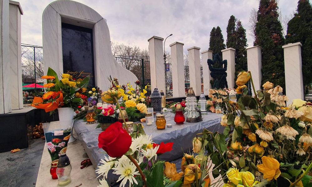 Zámbó Jimmy 20 éve halt meg, a rajongói ma is buszokkal érkeznek a csepeli temetőbe