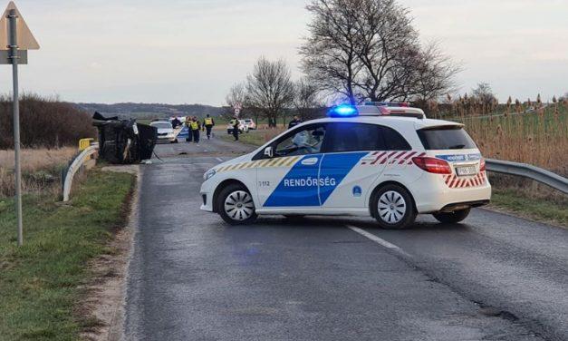 Lesodródott az útról, átrepült a szalagkorláton majd fának csapódott egy autó Veszprém megyében – Szolgálaton kívüli polgárőr sietett a súlyos sérültek segítségére