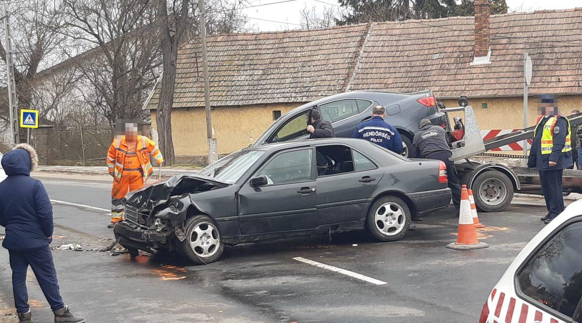 Baleset baleset hátán: két autó rohant egymásba Budapesten, eközben Pomáznál árokba csapódott egy Lexus – Fotó