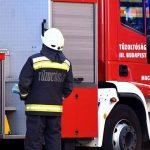 Kigyulladt egy munkásszálló Budapest 8. kerületében, az emberek a tetőre menekültek, a szomszédos épületet is elérték a lángok