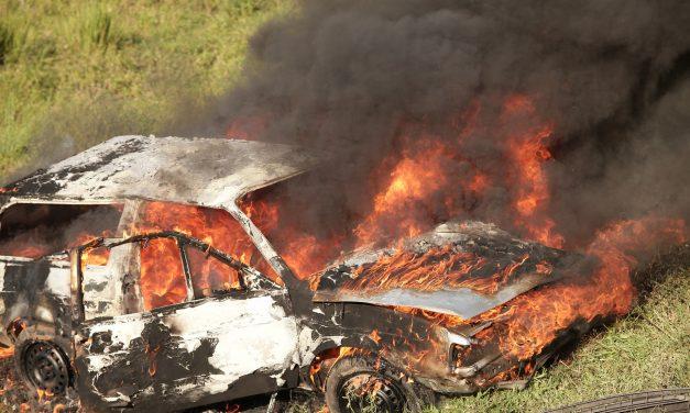 Brutális baleset a 4-es főúton, egy személyautó lángolt, hárman meghaltak