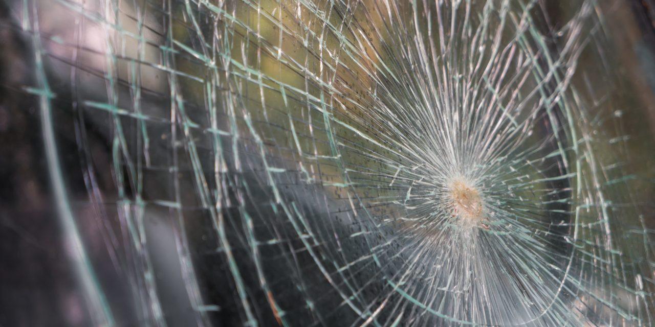 Hét autó ütközött a felelőtlen sofőr miatt, aki szemben  a forgalommal autózott az M5-ösön