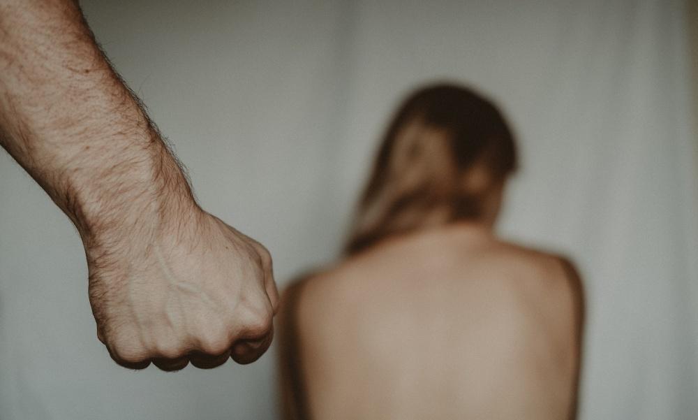 Megszúrta, terrorban tartotta, szexhirdetéseket adott fel exéről és öngyilkossággal fenyegetőzött az egyetemista